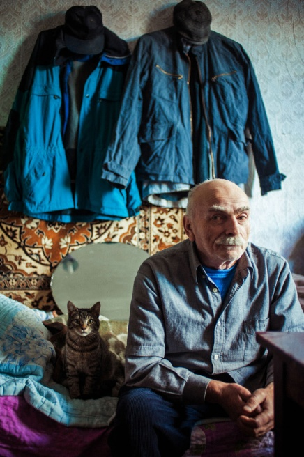 Art and Documentary Photography - Loading 04.Roman.Gumburidze.lives.with.a.cat,the.only.member.of.his.family.now.jpg