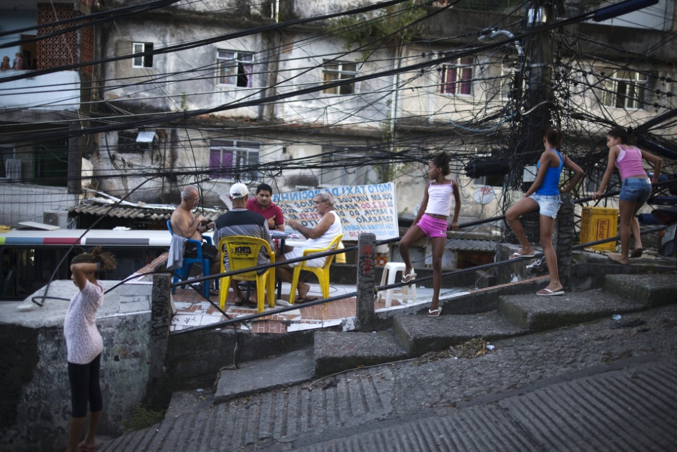 Art and Documentary Photography - Loading RIOfavelas001.jpg