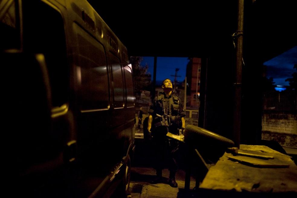Art and Documentary Photography - Loading RIOfavelas002.jpg