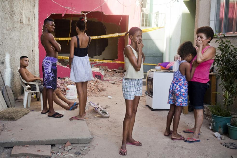 Art and Documentary Photography - Loading RIOfavelas010.jpg