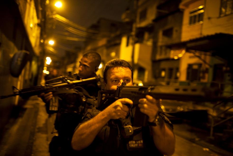 Art and Documentary Photography - Loading RIOfavelas013.jpg