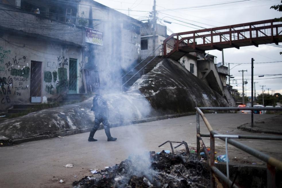 Art and Documentary Photography - Loading RIOfavelas019.jpg