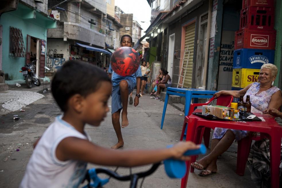 Art and Documentary Photography - Loading RIOfavelas025.jpg