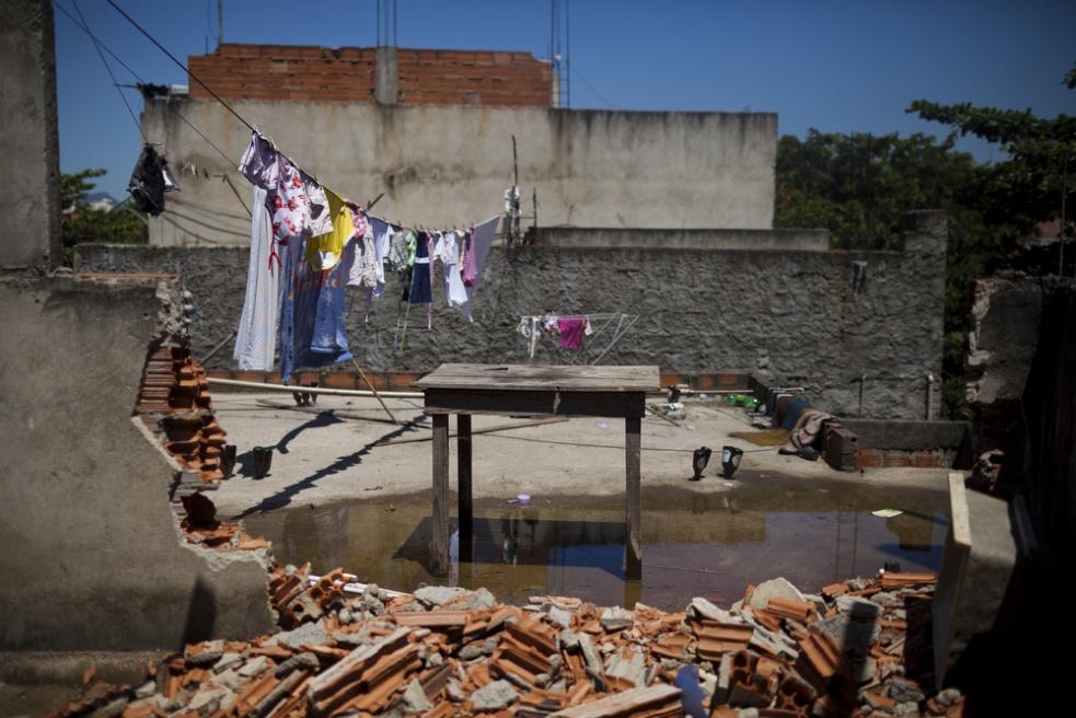 Art and Documentary Photography - Loading RIOfavelas027.jpg