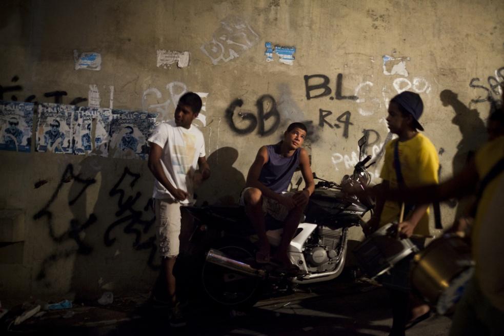 Art and Documentary Photography - Loading RIOfavelas029.jpg