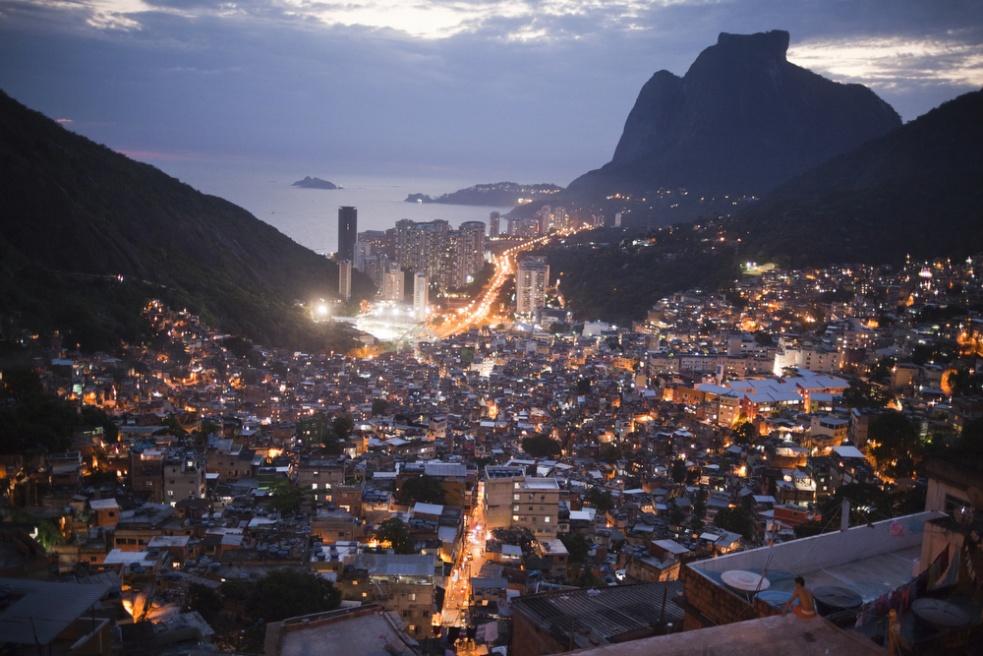 Art and Documentary Photography - Loading RIOfavelas030.jpg