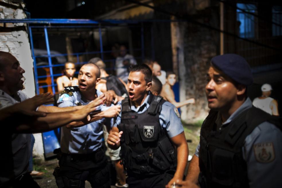 Art and Documentary Photography - Loading RIOfavelas031.jpg