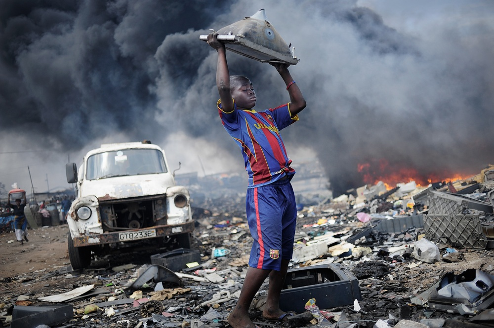 Art and Documentary Photography - Loading loeffelbein_e_waste007.jpg