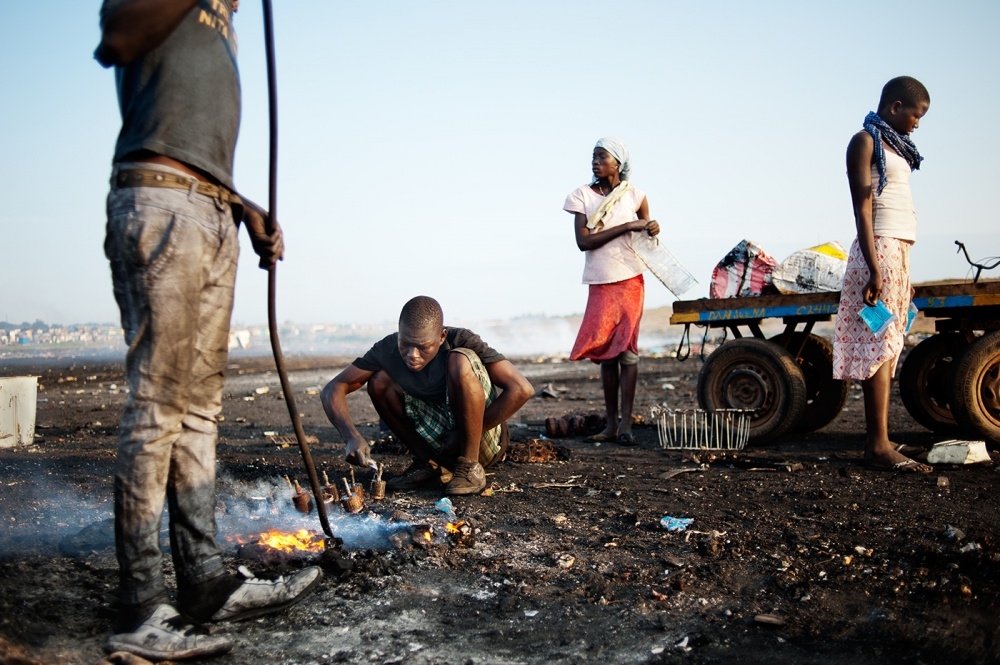Art and Documentary Photography - Loading loeffelbein_e_waste010.jpg