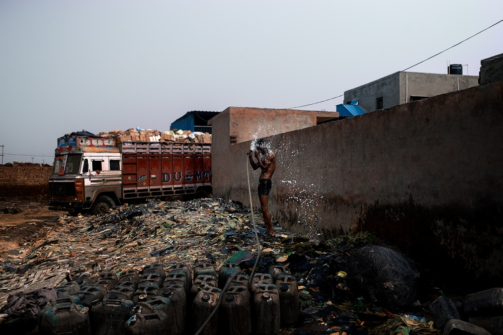 Art and Documentary Photography - Loading loeffelbein_e_waste019.jpg