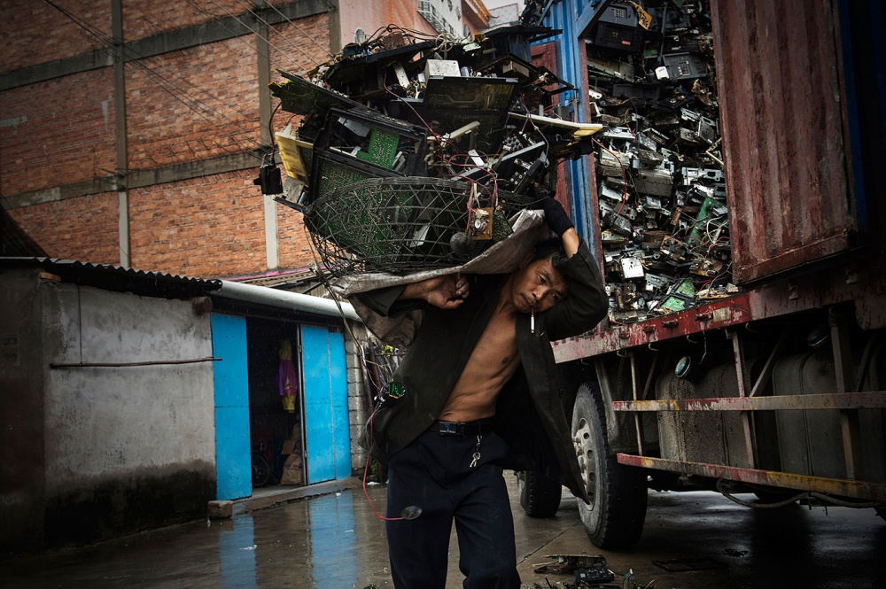 Art and Documentary Photography - Loading loeffelbein_e_waste026.jpg