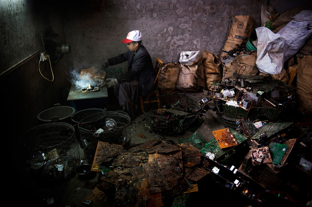 Art and Documentary Photography - Loading loeffelbein_e_waste027.jpg