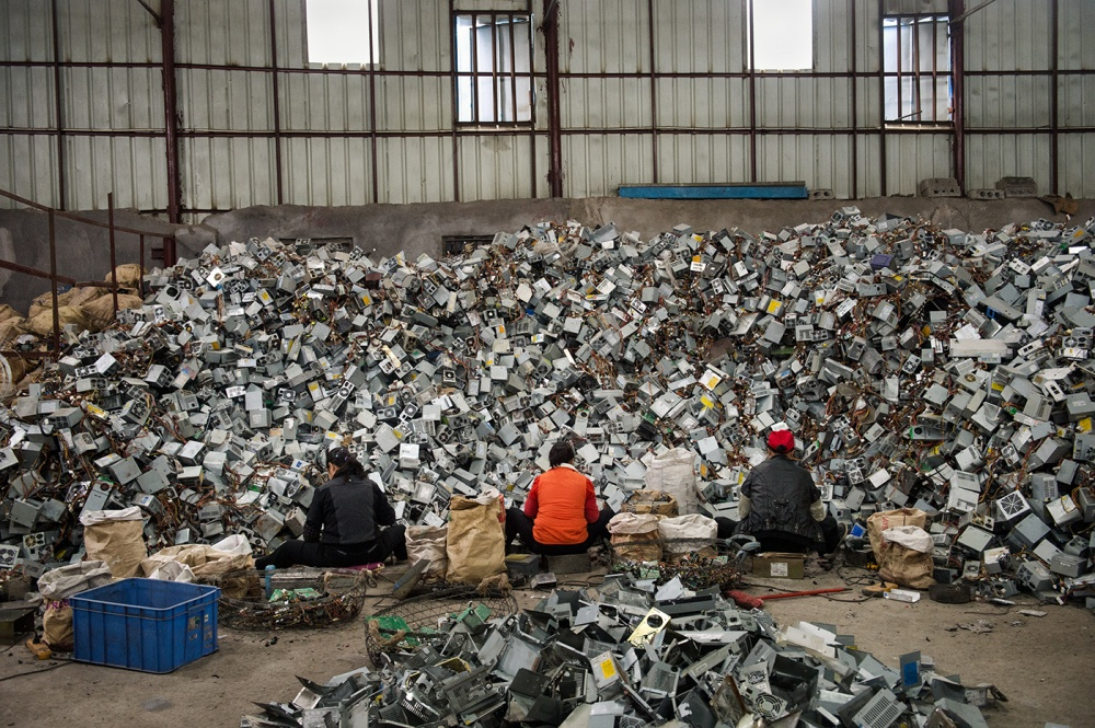 Art and Documentary Photography - Loading loeffelbein_e_waste028.jpg