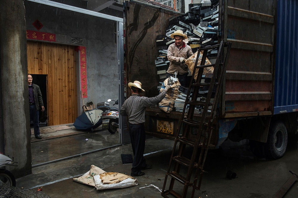 Art and Documentary Photography - Loading loeffelbein_e_waste029.jpg