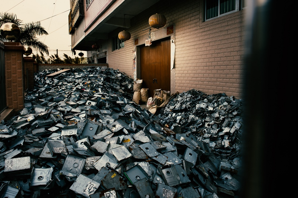 Art and Documentary Photography - Loading loeffelbein_e_waste031.jpg