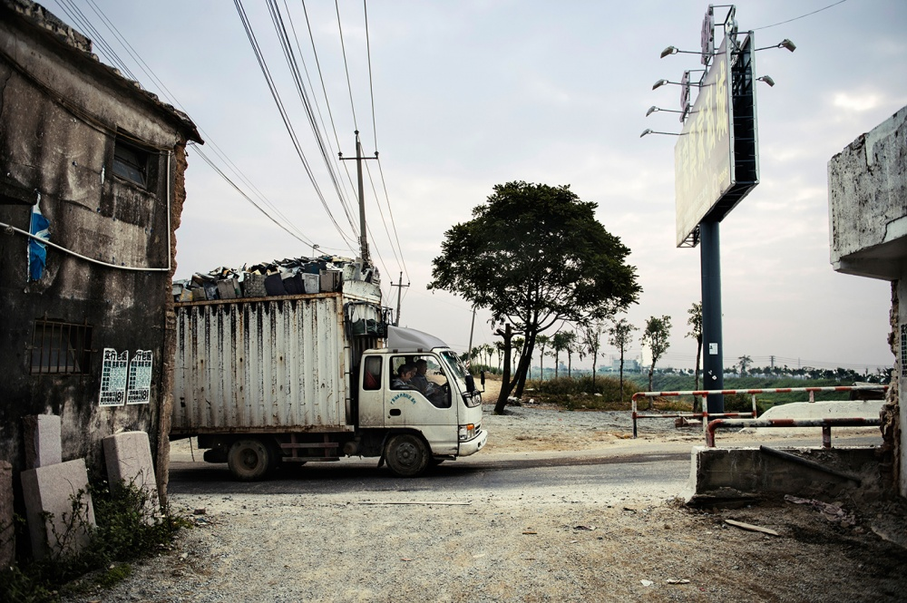 Art and Documentary Photography - Loading loeffelbein_e_waste032.jpg