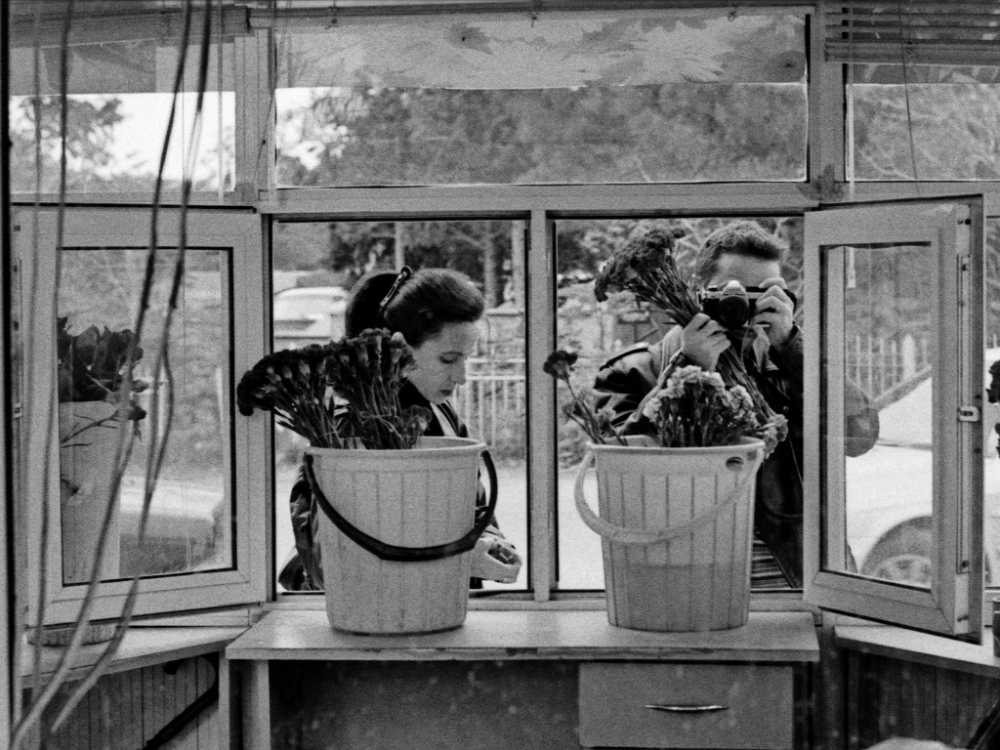 Art and Documentary Photography - Loading 11:Azerbaijan:Mark.Rafaelov:Irena.Mark.buy.flowers.cemetery.jpg