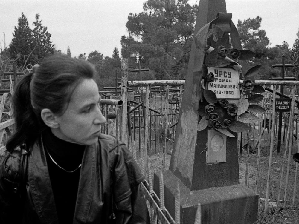 Art and Documentary Photography - Loading 14AzerbaijanMark.RafaelovIrena.seek.graves.reading.jpg