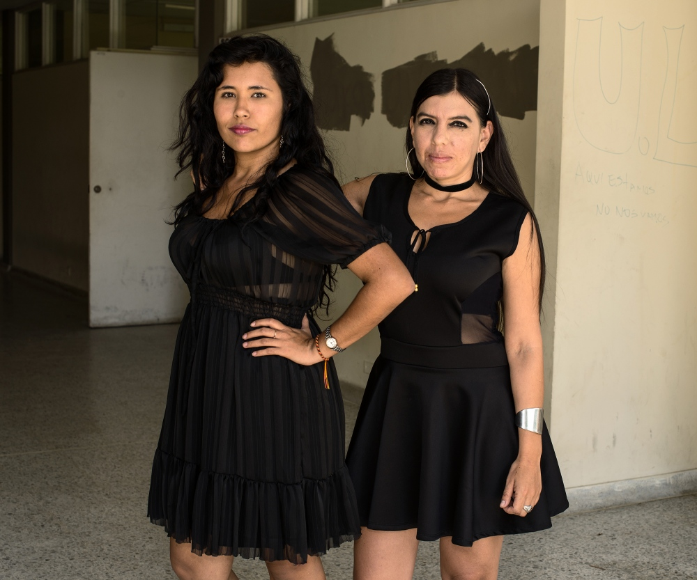 Photography image - Loading amigas_in_black_01.jpg