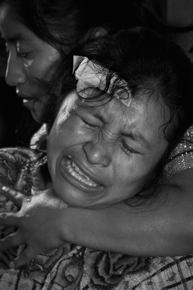 Marta Mendoza being comforted by hersister, Concepción Mendoza
