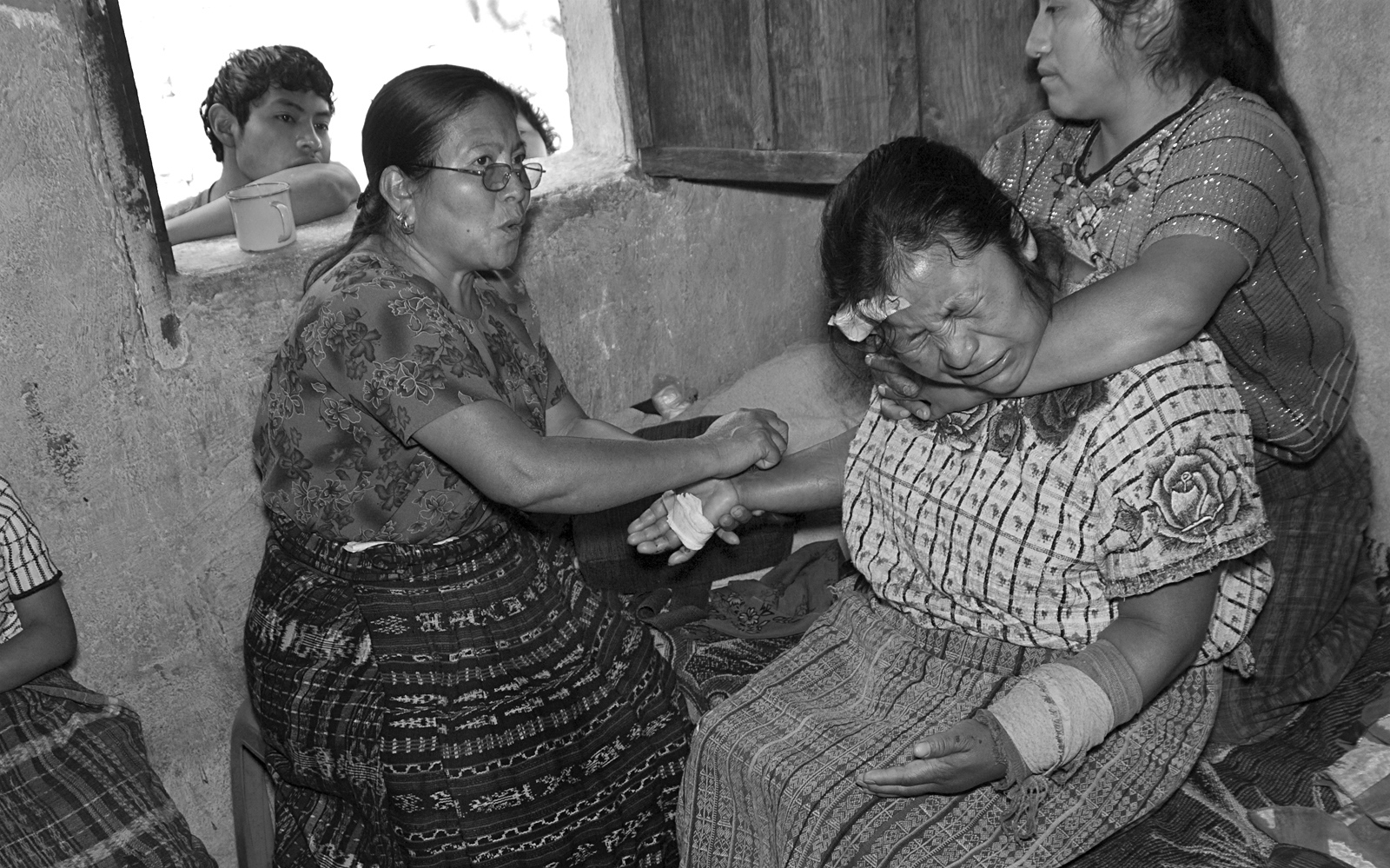 Berta Navichoc, bonesetterhealing Marta Mendoza Damianafter she fell froma truck