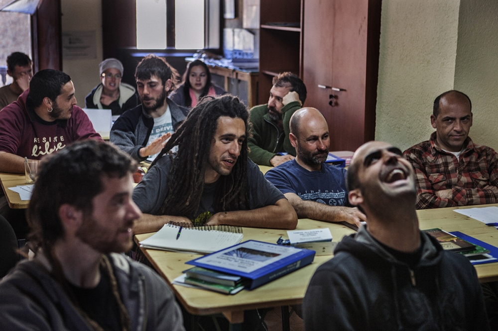 Students of the School of Shepherds go through one month of theory classes and four months of practices in a real farm. Theory lessons are held in a rural home in Llagunes, in the Catalan Pyrenees.