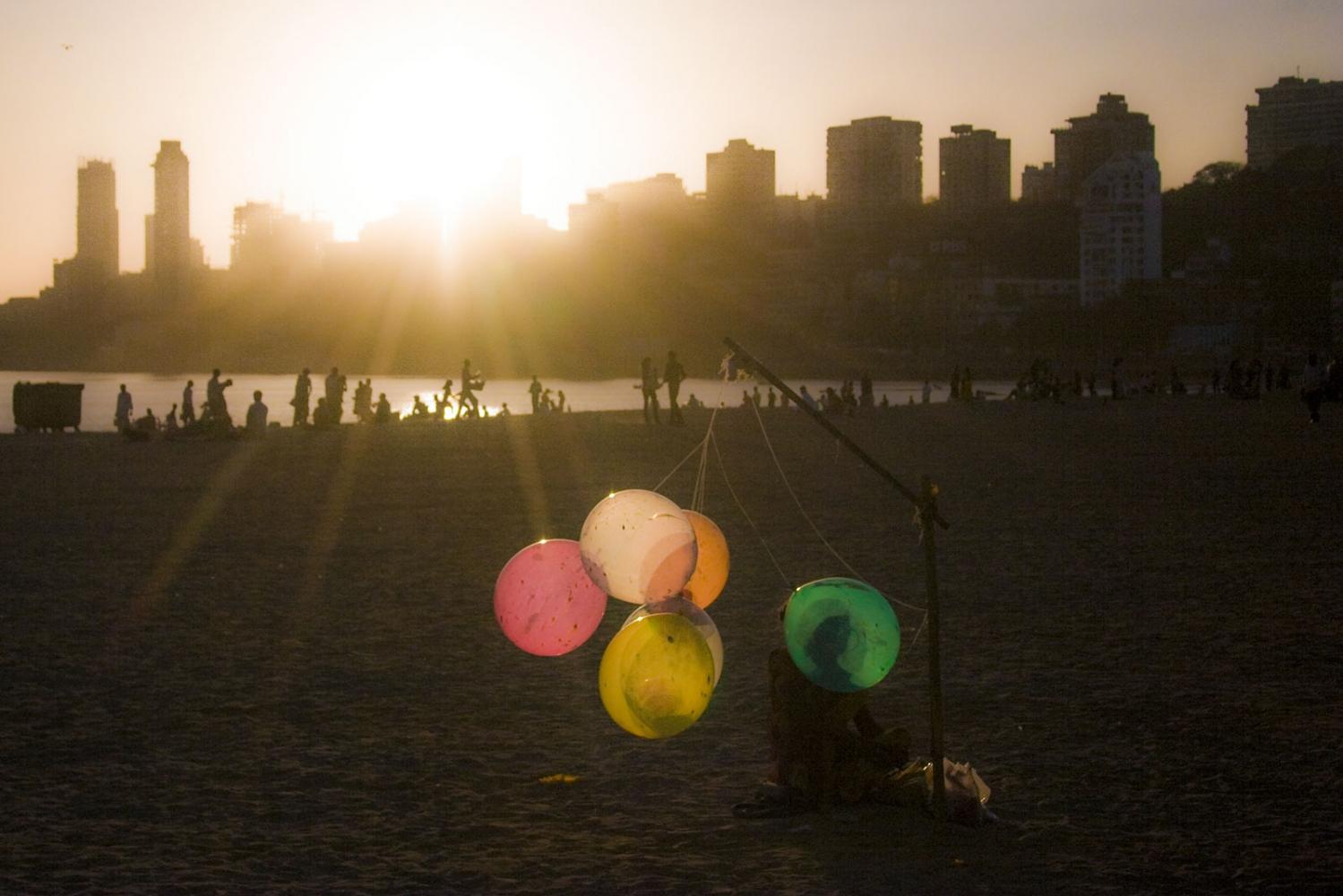 Art and Documentary Photography - Loading E-India-India_selection-farge-baloon_lady_chowpatty.jpg
