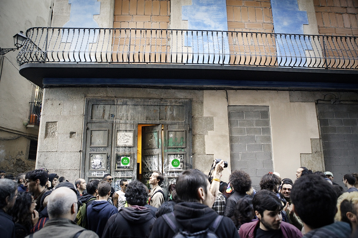 Activists end up a massive social demonstration with a public occupation of an empty building in the Gothic neigborhood of Barcelona downtown. The building will be destinated to shelter homeless families.