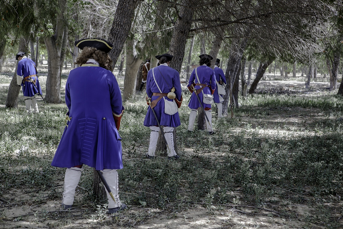 "Reenactors ""prepare theirselves"" before a battle."