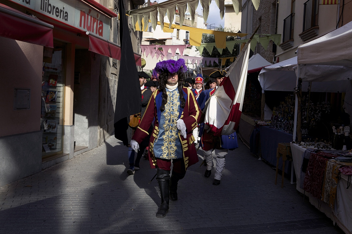 "El ""Marqués del Poal"", a real historical character of the time, marching in front the Catalan army units. Reenactment includes very often elemements of mythologization, and a romantic view of Catalan Defenders and their resistance that fits into the current nationalist fever in Catalan society nowadays."