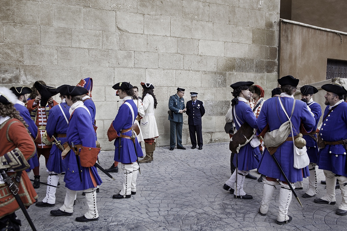 Spanish police is seen between several reenactors representing Catalan soldiers of 1714.