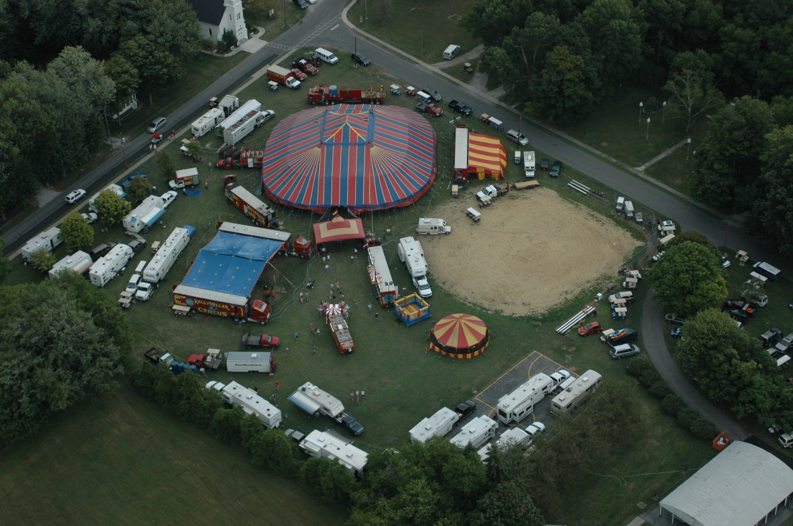 Art and Documentary Photography - Loading aerial circus 8:3:09.JPG