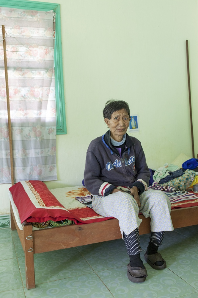 Nglêo are one of the people that still lives in the house where the sickest are isolated. The other rooms are empty, because two men died the week before.