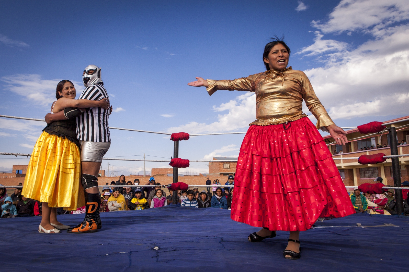 Reyna Torres complains to the public because the referee is showing a preference for her opponent during an exhibition fight in Senkata, El Alto. Cholitas fights have always a dramatic storyline that the referee is there to help the bad cholita and usually he even participate on it. But as many other stories, most of the times the good one tends to win the fight at the end.