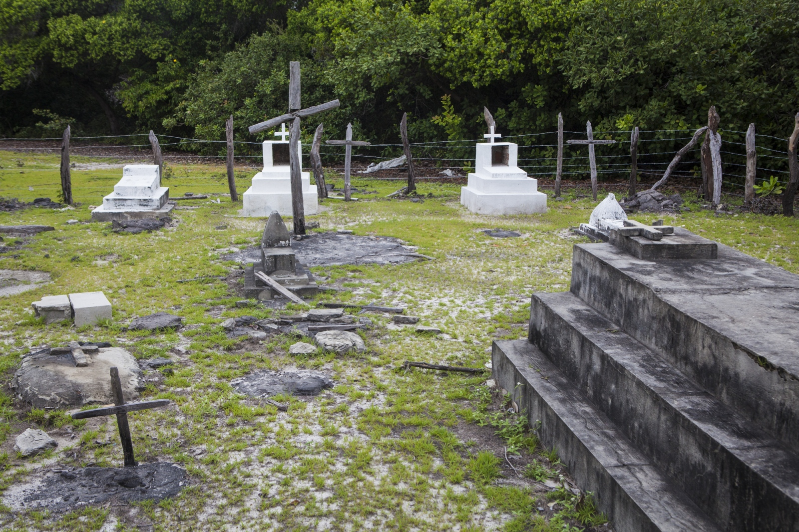 The cemetery of the Queimada dos Britos, where most of old residents are buried.  It is one of the reasons why the locals don't want to leave the oasis. The Brazilian Institute of the Environment and Natural Resources (IBAMA) is planning to remove them since they live in a National Park. The residents refuse to move since many of them were born there and lived all their lives in the Queimada. They claim that more than a threat, they are a protection to the Lençois do Maranhão.