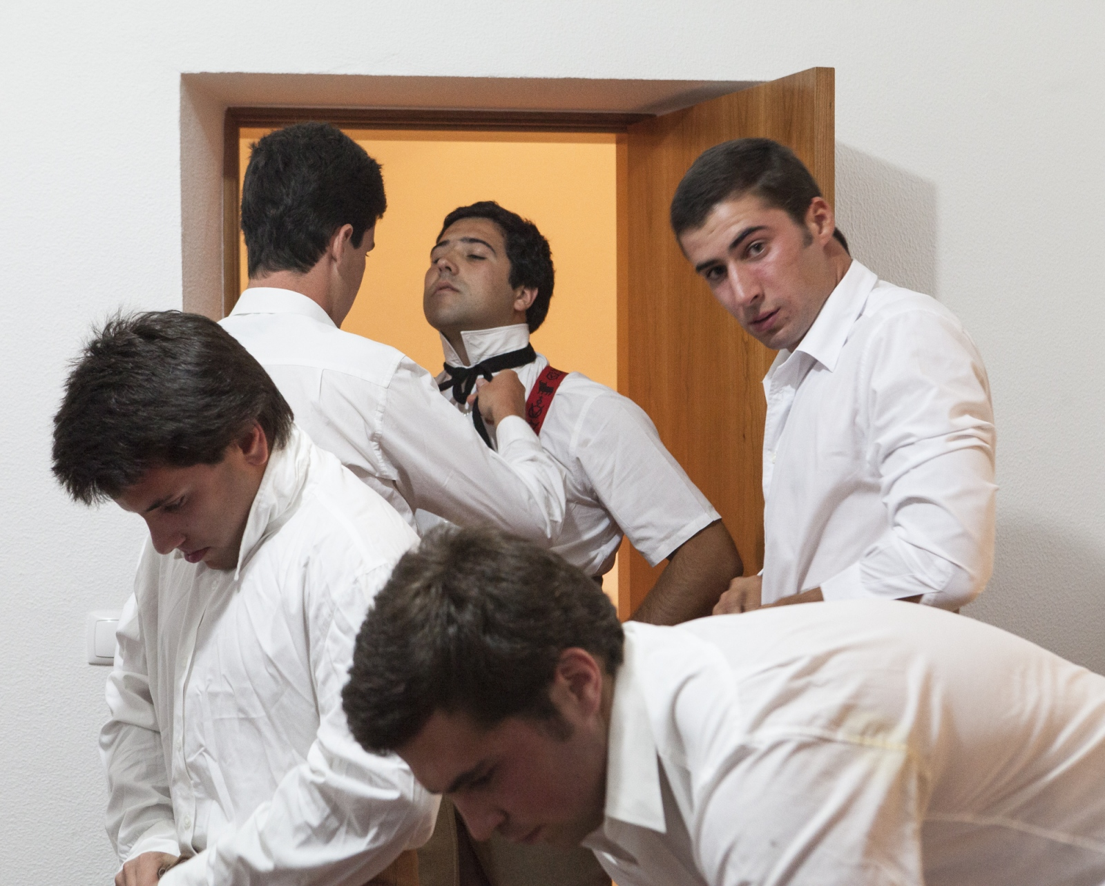 Members of the group of Forcados of Évora dress themselves in the house of an ex-forcado before the bullfight. When the arenas don't have dressing rooms, groups use the house of friends or old members to keep the costs down.