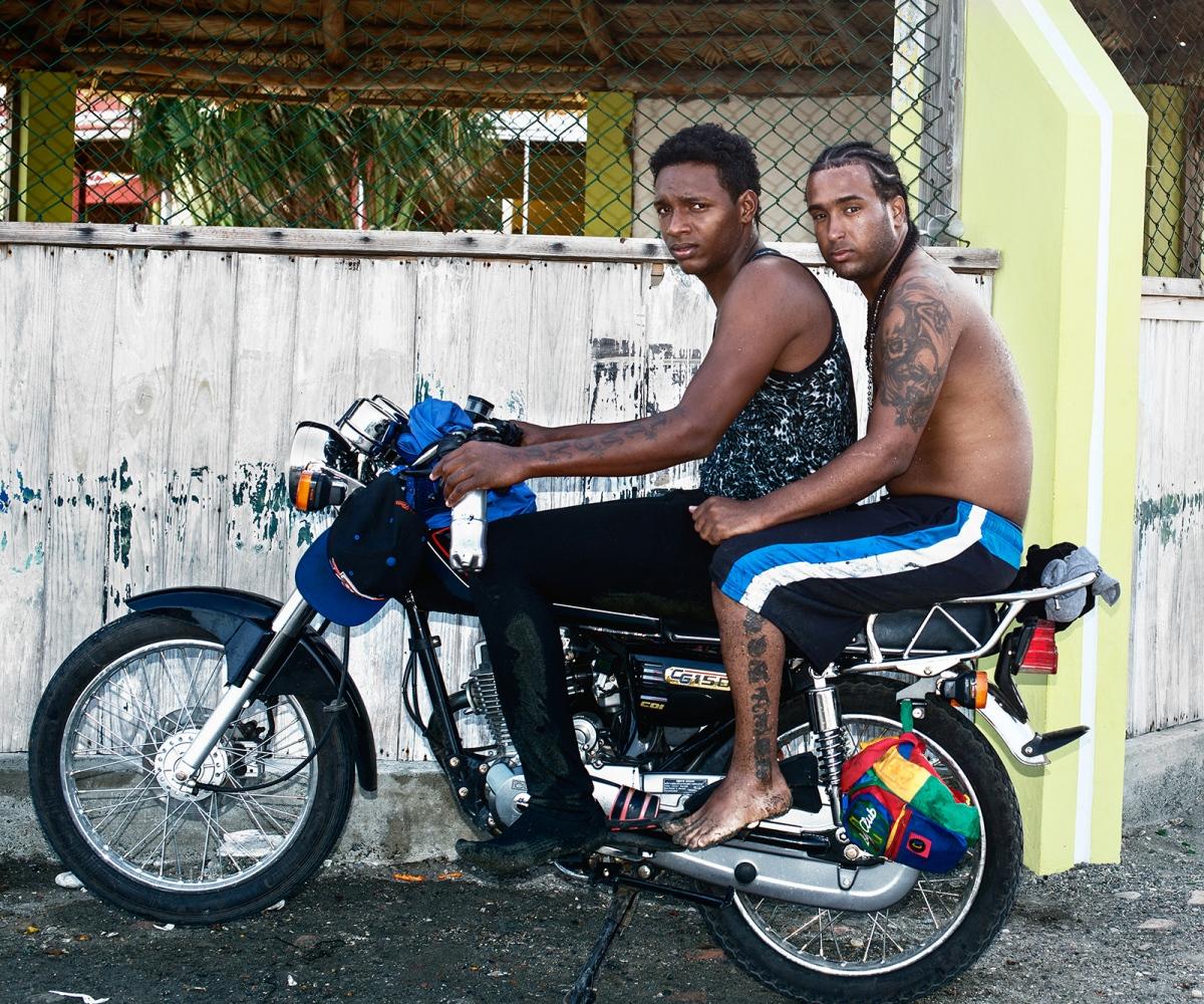 Art and Documentary Photography - Loading hermanos_en_salinas_beach.jpg