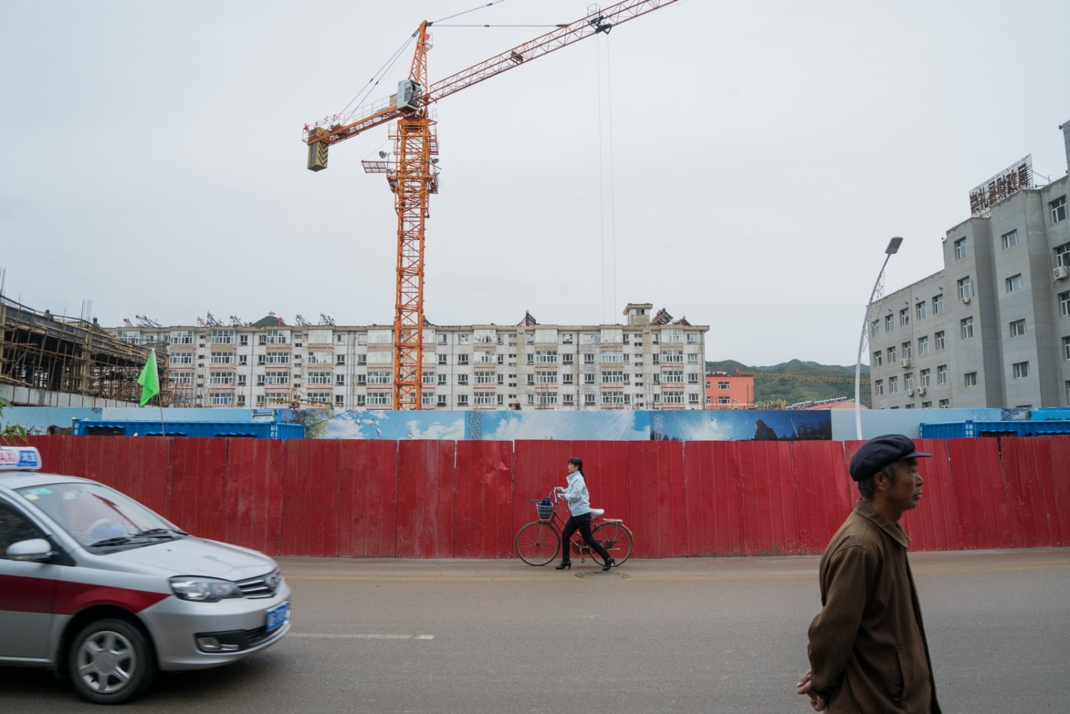 On Changqing Road in Chongli County, constructions are busy. After Beijing and Zhangjiakou won the bid for 2022 Winter Olympics, housing prices in Chongli go up. The price for the apartment development photographed here is about 1,500 U.S dollar/square meter.