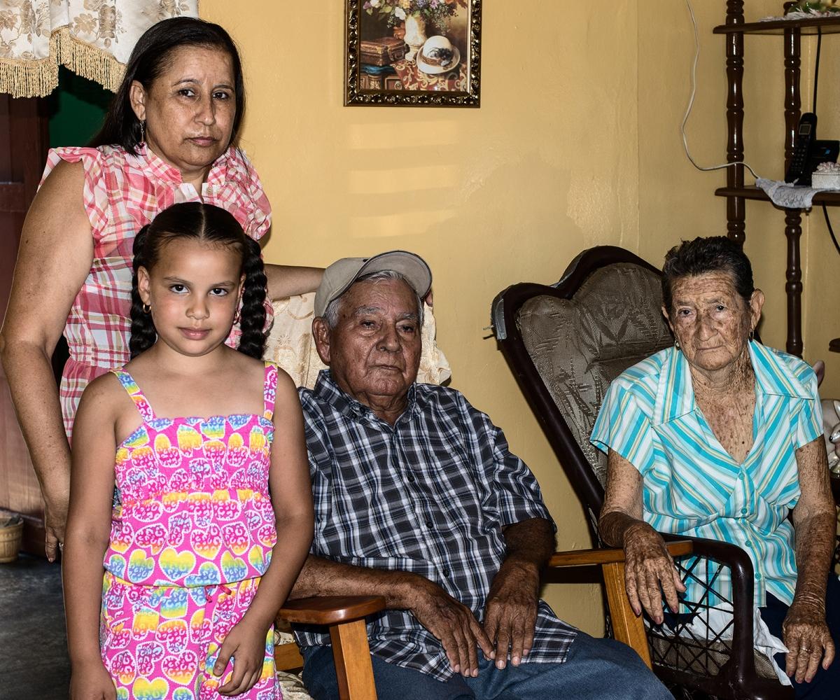 Art and Documentary Photography - Loading familia_tejeda.jpg