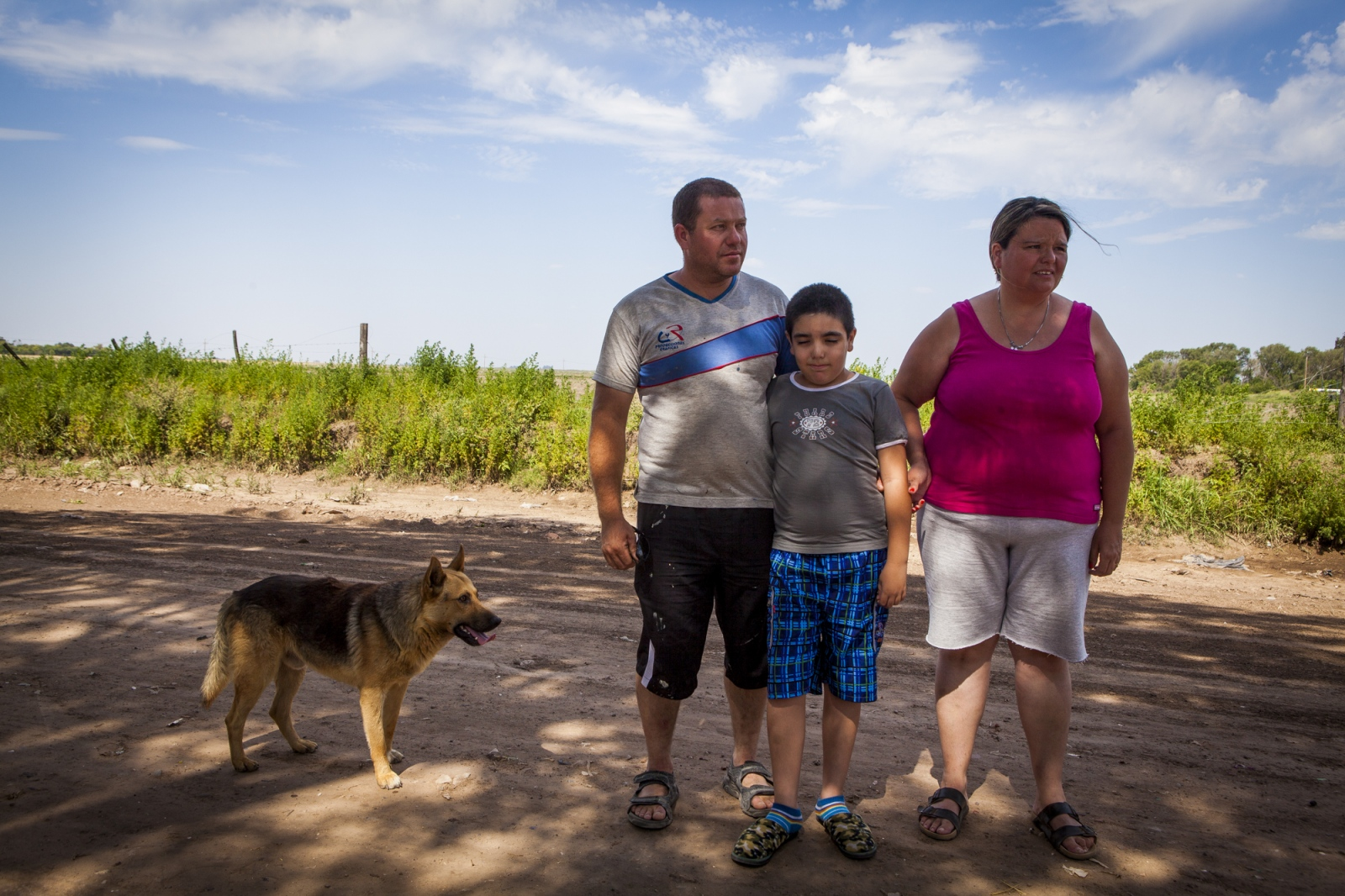 Claúdio Fuentes (34) and Antónia Alaris (36) with their son Axel David Fuentes (8) in front of the soy field that faces their home in Monte Maiz. Their daughter, Antonella Fuentes, was diagnosed with osteosarcoma, a cancerous bone tumor, at the age of 6. She died a few months later.  The cases of cancer grew exponentially in the area since the introduction of glyphosate on the soy cultivation.  707 Cancer cases per 100,000 people were register by health researchers in the core area of soybean cultivation. These are three times as many  as the national average.