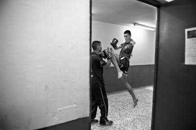 In the moments before the combat it is important to be fully concentrated, with body and mind ready to fight.Some fighters trained so far until combat, others rest relaxed in the locker room.