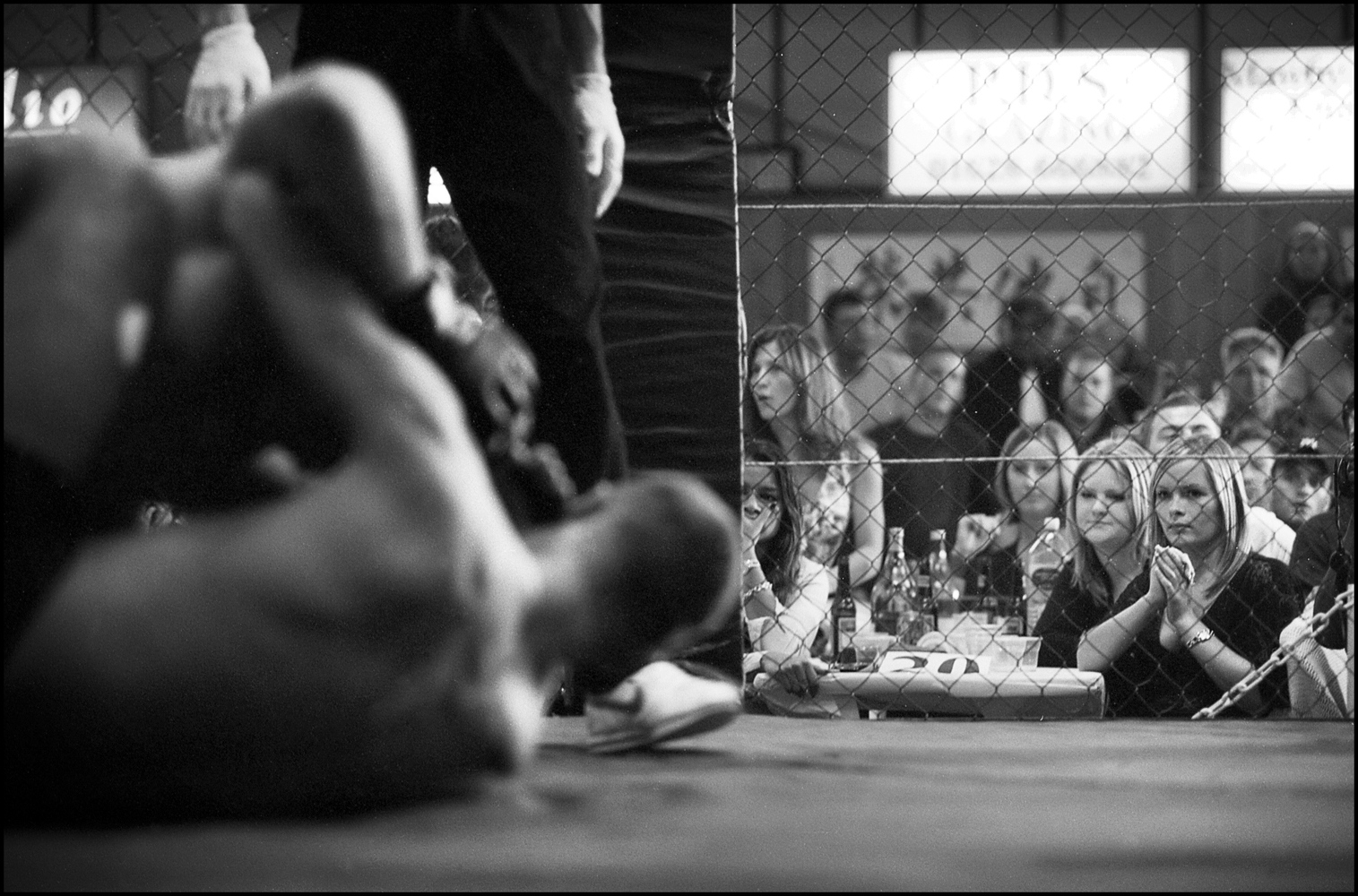 The meetings occur in different environments, from large sports halls to industrial ships, whatever with millions of followers worldwide.There are all kinds of fans, including many women, sometimes couples or friends of fighters.