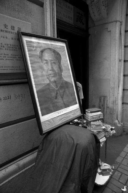 Although socialist ideology leave China decades ago still present allusions to the leader Mao Zedong. Despite its imminent extinction, the culture of the old city is relatively unchanged. The houses only serve as a night shelter, life is on the street and house doors.