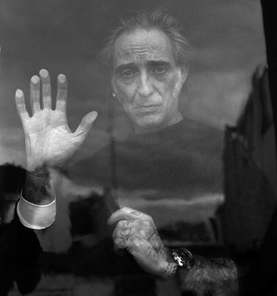 Alberto García-Alix (León, 1956), awarded in 1999. Photographer with a huge and long career within and outside our borders. Always associated with the Madrid scene of the 80's, his portraits and figures speak for themselves, in an unmistakable style that takes us into live and death.