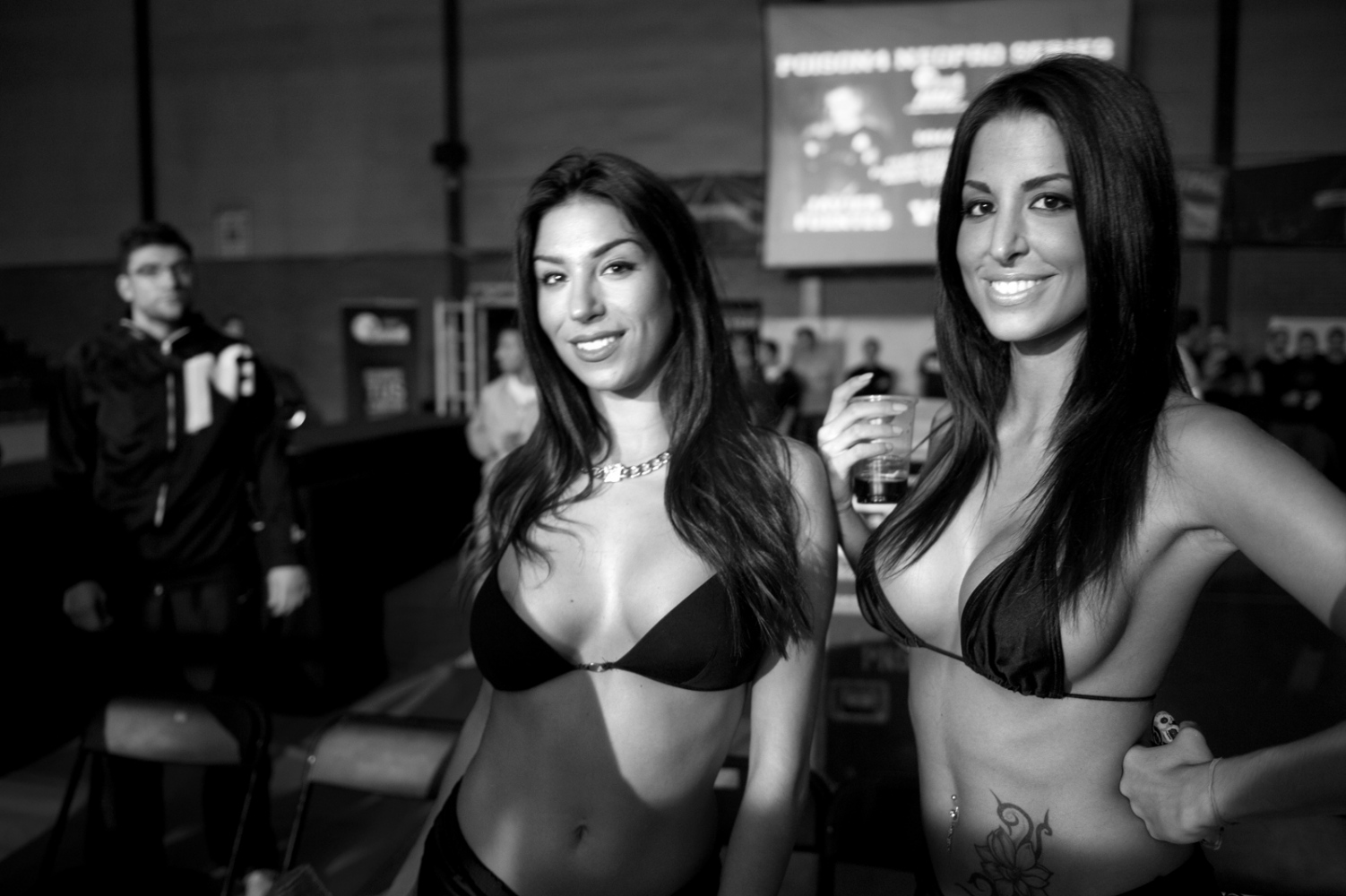 As in boxing there are ring hostesses to show the number of round, often they acclaimed and extolled by the public.