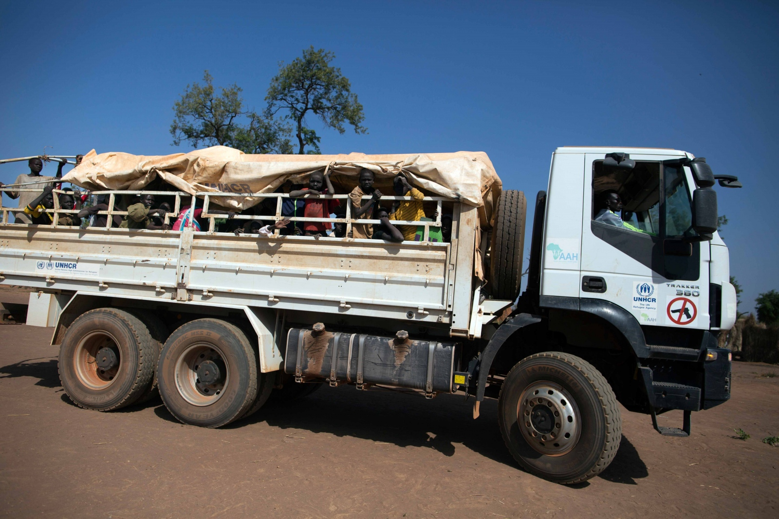 Art and Documentary Photography - Loading Refugees_17.JPG