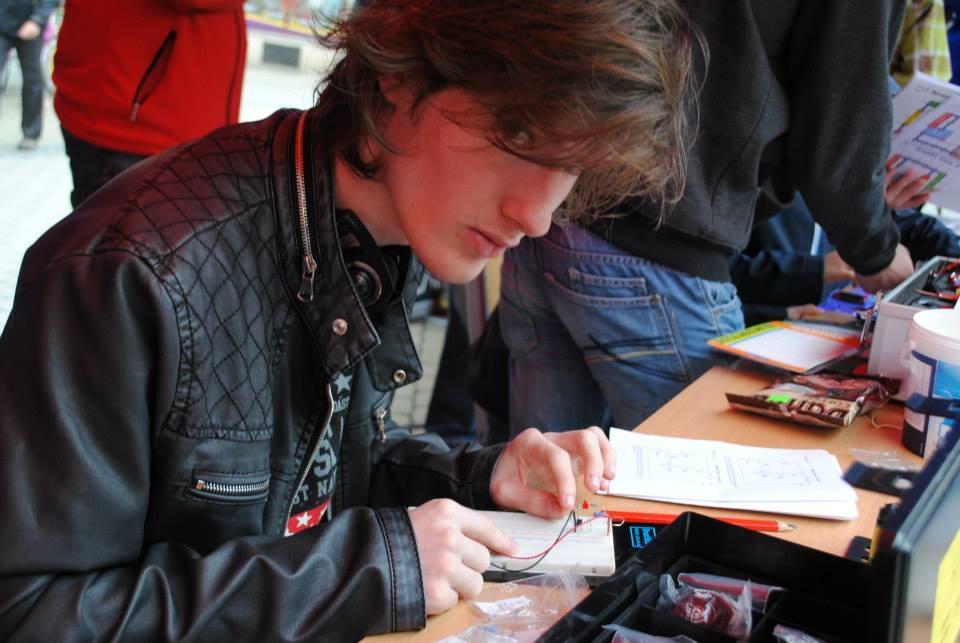 Art and Documentary Photography - Loading elektrikar.jpg
