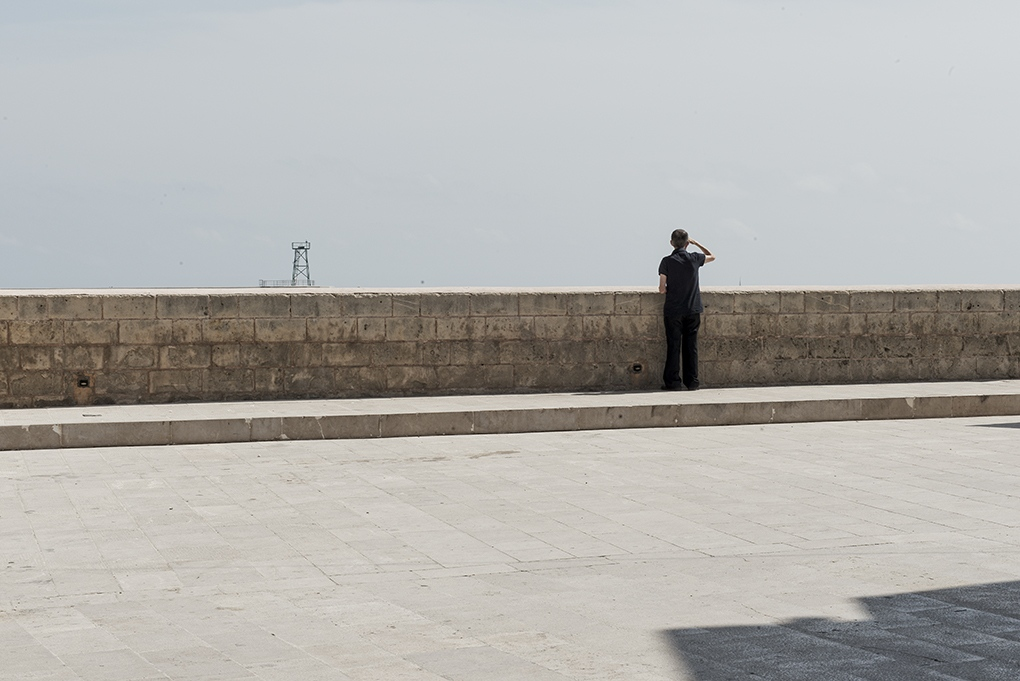 Art and Documentary Photography - Loading 20_uomo_che_osserva_l_orizzonte.jpg