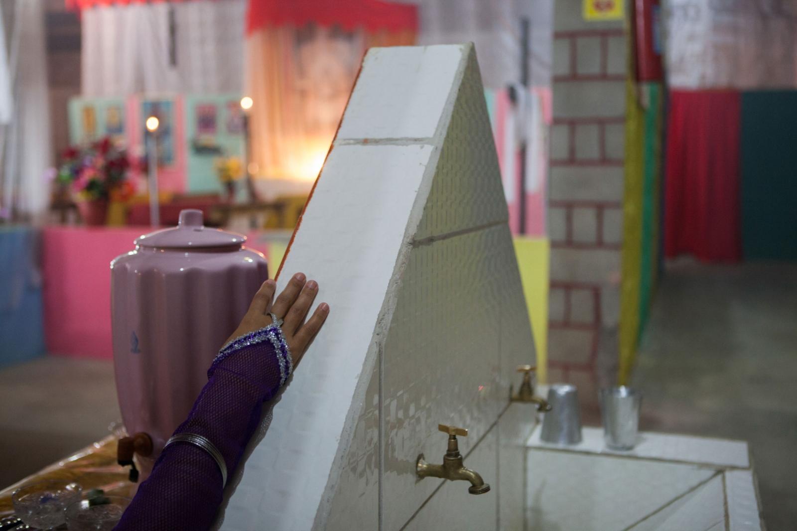 ·Detail of hand on the water fountain that is believed to contain energised water blessed by Intergallactic spirits which contain healing powers. Cavalcante do Goais, 2014. // · Detalle de mano en la fuente de agua la cual se cree que contiene agua energizada bendecida por espiritus intergalácticos y contiene poderes curativos.Cavalcante do Goais, 2014.