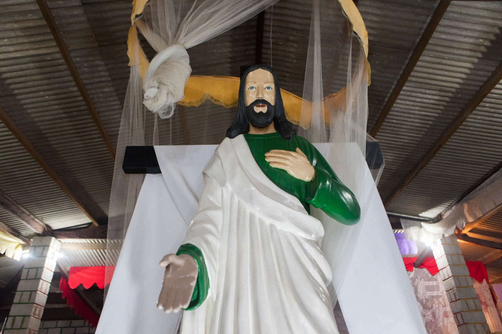 ·  Jesus wearing a green undershirt. Christianity is one of the many religious beliefs that are incorporated within the Valley of the Dawn doctrine. Cavalcante do Goais, 2015.  // · Jesus usando una camiseta de manga larga verde. Cristianismo es una de los pilares religiosos sobre el cual se basa la doctrina del Valle del Amanecer. Cavalcante do Goais, 2015.
